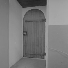 De deur van de Nieuwe Kerk, Nieuwezijds Voorburgwal 143