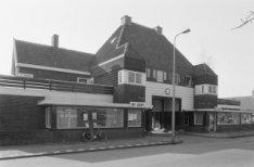Avenhornstraat 17-18, poortwoningen en rechts Purmerweg 86
