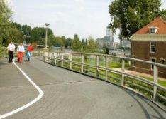 Fietsbrug over de Duivendrechtsevaart (Brug 1962) gezien naar de Korte Ouderkerk…