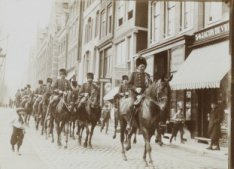 Kolonne militairen te paard. Foto uit album met foto's van ordehandhaving tijden…