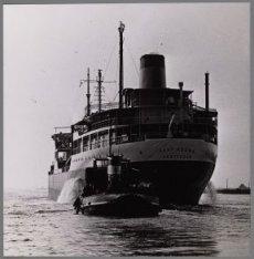 De tanker ms. Kaap Hoorn wordt op sleeptouw genomen bij de aanvang van de offici…