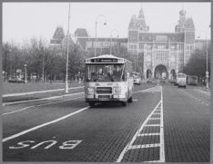 Vrije busbaan op het Museumplein, gezien naar de achterzijde van het Rijksmuseum…