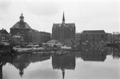 Gezicht op de Oosterkerk en de Sint Annakerk aan de Wittenburgergracht, gezien v…