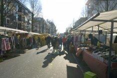 Markt in de Dapperstraat. Gezien in zuidelijke richting naar de Wijttenbachstraa…