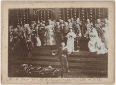 Inhuldiging van Hare Majesteit Koningin Wilhelmina in de Nieuwe Kerk. Rechts Kon…