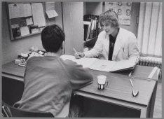 Brenda Tuinhout met een patiënte in de abortuskliniek Diezestraat 42-44