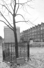 Nassauplein tijdens nieuwbouw van een blok woningen, vooraan de Koningin Wilhelm…