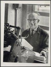 Franciscus Petri (74) van boekbinderij Stokkink, Elandsgracht 54 - 58 bij een bo…
