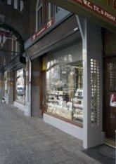 Exterieur van de naai- en breimachinehandel S. Schouten, Raadhuisstraat 49