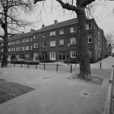 Bertelmanplein 1-13, met aansluitend links Bertelmanstraat 29 (ged.) - 33. Recht…