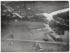 Luchtfoto van Nieuwendam en omgeving. Onderaan de Ringsloot en de Buiksloterdijk…