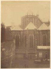 Het koor van de Nieuwe Kerk gezien vanuit een huis aan de Eggertstraat, met op d…
