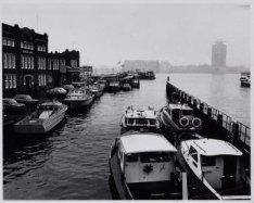 Westerdoksdijk 2, de haven van de Rijkspolitie te water. Op de achtergrond: het …