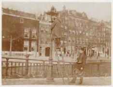 Algemene Werkstaking. Lantaarnopsteker onder militaire bewaking; Prinsengracht 6…