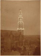 Westermarkt, de Westerkerk met verlichte toren bij avond