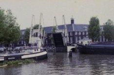 Walter Süskindbrug over de Nieuwe Herengracht. Op de achtergrond Amstel 51, Amst…