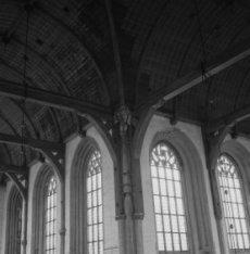 Dam 12, Nieuwe Kerk, zicht op moerbalken, sleutelstukken en korbelen en het tong…