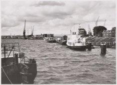 De IJhaven gezien vanaf de Veemkade met rechts de Verbindingsdam en links de loo…
