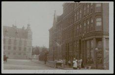 Derde Hugo de Grootstraat met links de gereformeerde Raamkerk aan de Hugo de Gro…