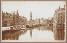 Amstel gezien van Halvemaansbrug naar Muntplein en Munttoren. Dit gedeelte van d…