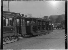 Een open tram voor het Centraal Station op het Stationsplein