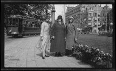 Drie dames op het Leidsebosje met op de achtergrond het gebouw van Hirsch & Cie …