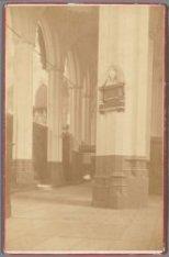Interieur van de Nieuwe Kerk, Dam 12, met aan de pijler het gedenkteken voor Joo…