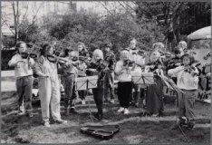 Vondelpark. Leerlingen van Sjanneke Laghuwitz spelen tijdens Koninginnedag barok…