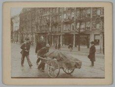 Transport op handkar onder politiebewaking op het Leidseplein tijdens de Algemen…