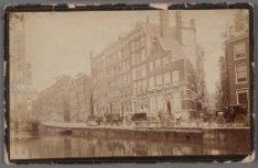Nieuwezijds Voorburgwal gezien ter hoogte van de Nieuwe Nieuwstraat in noordelij…