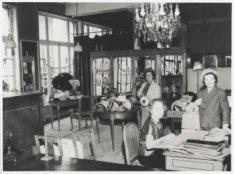 Interieur van het hoedenatelier van de firma Hirsch & Co., Leidseplein 29, kort …