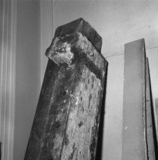 Keizersgracht 321, detail van een gedemonteerde puibalk met sporen van glas-in-l…