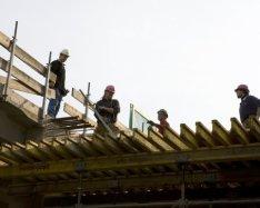 Voorbereidingswerkzaamheden voor het betonvlechten op de bouwplaats van de buste…