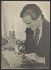 Portret van kunstenaar Theo Beerendonk (1905-1979) in zijn atelier, Anna van den…