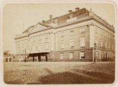 De oude houten Schouwburg op het Leidseplein vóór de uitbreiding van 1872-1874
