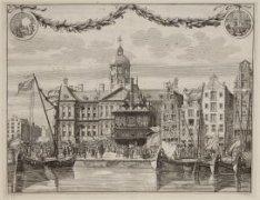 De Dam met het Stadhuis en Waag en de uitgestoken vaandels bij de afkondiging va…