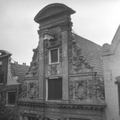 Keizersgracht 399 (ged.) - 403 (ged.), geveltoppen. Op nummer 401 Huis Marseille