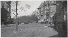 Waldeck Pyrmontlaan gezien naar Oranje Nassaulaan. Op de achtergrond Vondelpark