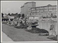 In de voorgrond plantsoentje aan het Muzenplein , links daarachter brug 419 over…
