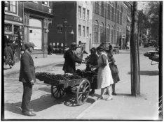 Bloemenverkoopster met klanten op de Elandsgracht