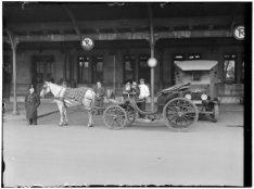 Aapjeskoetsier voor het Centraal Station op het Stationsplein