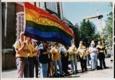 """Optreden van het """"Rozenkoor Amsterdam"""" op de Westermarkt tijdens de Gay Games Am…"""