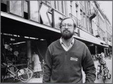 Stadhouderskade 106-113. Een medewerker van de Ikea, gefotografeerd voor de wink…