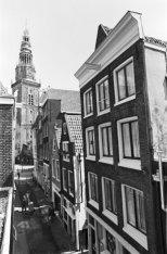 Sint Annendwarsstraat 1-9 en op de achtergrond de Oudekerkstoren op het Oudekerk…