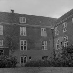 Amstel 51, de binnenplaats met tuin van het bejaardenhuis Amstelhof