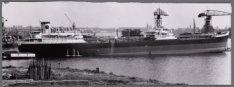 De tanker ms. Vivipara gemeerd aan de afbouwpier