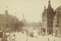 Leidseplein, rechts de Stadsschouwburg, links gebouw van Hirsch en op de achterg…