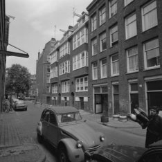Derde Looiersdwarsstraat 1 - 7 (ged.) met links de zijgevel van Elandsgracht 103