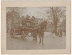 Bespannen wagen met militairen op Brug 88 over de Spiegelgracht bij de Lijnbaans…