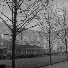 Amstel 51, de binnenplaats met tuin van het bejaardentehuis Amstelhof
